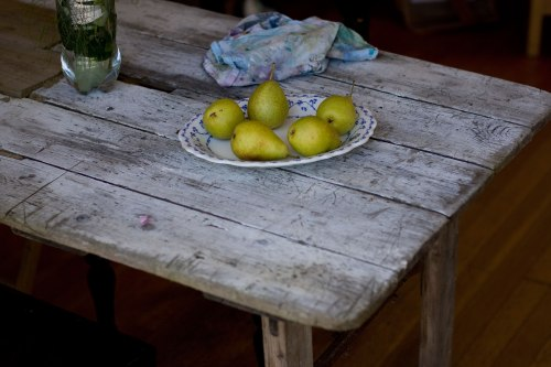pears_on_table